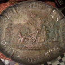 Antigüedades: PAREJA DE ANTIGUAS E HISTORIADAS BANDEJAS DE COBRE CINCELADO Y PLATEADO.. Lote 50072693