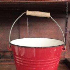 Antigüedades: ANTRIGUO CUBO DE METAL ESMALTADO COLOR ROJO. Lote 50090552