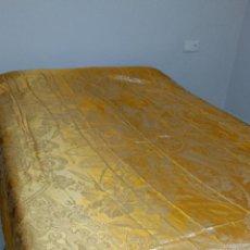 Antigüedades: COLCHA TIPO SEDA ANTIGUA, CON FLECO. Lote 50140794