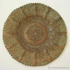 Antigüedades: ANTIGUA BANDEJA ARABE DE COBRE CINCELADO.. Lote 50145459