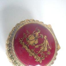 Antigüedades: BONITA CAJA JOYERO HECHA DE METAL DORADO Y PORCELANA PINTADA A MANO CON POLVO DE ORO. Lote 50159265