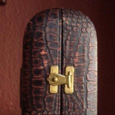 Antigüedades: ANTIGUA CAPILLA DE VIAJE, EN CARTON CIERRE DE LATON INTERIOR FORRADA..EXTERIOR GRABADO COLOR GRANATE. Lote 50161245