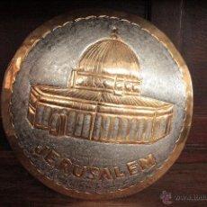 Antigüedades: EXCELENTE PLATO DE JERUSALEM, REALIZADO A MANO, REPUJADO Y FIRMADO POR EL ARTISTA.. Lote 50173051