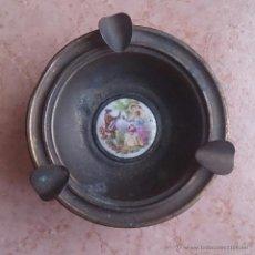Antigüedades: CENICERO ANTIGUO EN METAL, LATÓN Y MEDALLÓN EN PORCELANA FRANCESA CON MOTIVO FRAGONARD .. Lote 50174500