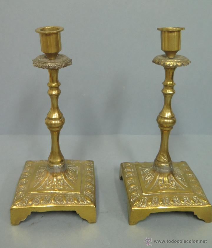 ANTIGUA Y BONITA PAREJA DE CANDELABROS DE BRONCE. SIGLO XVIII-XIX (Antigüedades - Iluminación - Candelabros Antiguos)