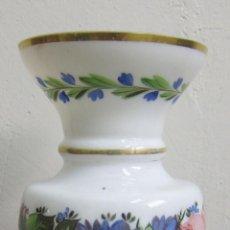Antigüedades: JARRO DE OPALINA DECORADO CON FLORES. ALT. 23,5 CM. LA GRANJA, SIGLO XIX. Lote 50183330