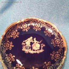 Antigüedades: PLATO DECORATIVO DE LIMOGES. PORCELANA BLEU DU ROI Y ORO FINO.. Lote 50185887