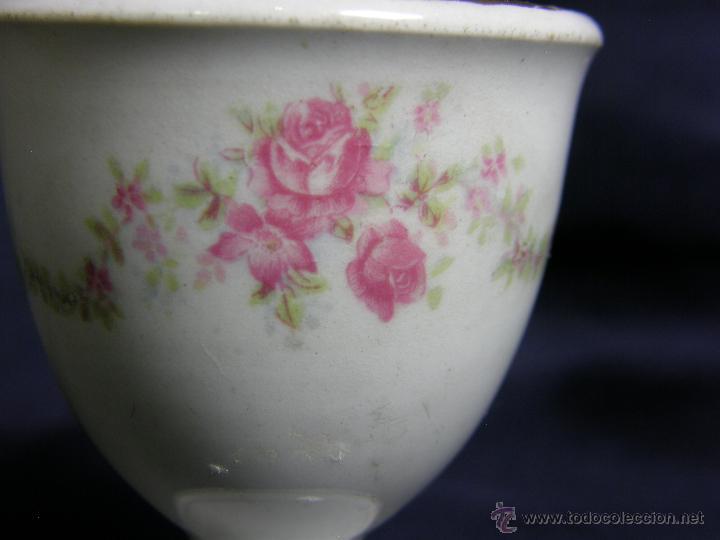 Antigüedades: huevera porcelana blanca decoración calco flores dorados s XIX XX sin marcas irregulares 6,3x4,8cms - Foto 3 - 50236897