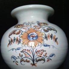 Antigüedades: VASIJA. CERAMICA DE TALAVERA. LA MENORA ESPAÑA Nº 50. B. SERIE DE LA FLOR DE LA PATATA. FIRMADA.. Lote 50247592