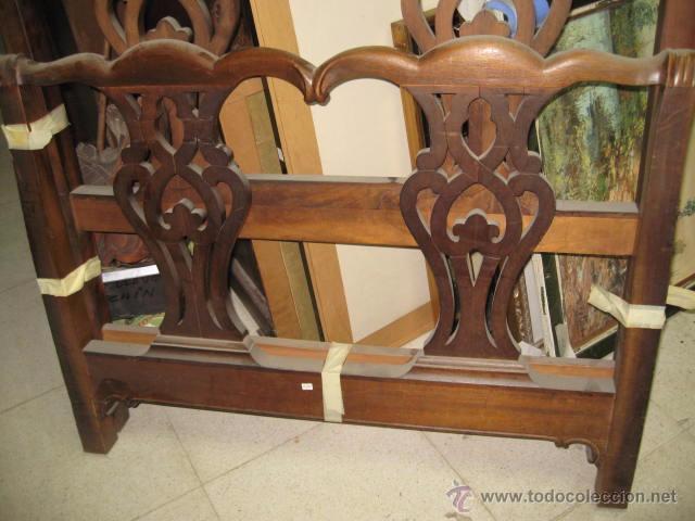 Antigüedades: Cabecero y piecero de madera con adornos troquelados 105 cm. altura Cabecero 101 piecero 79 cm. - Foto 4 - 147431241