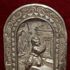 Antigüedades: ANTIGUA PLACA METÁLICA DE UN RECUERDO DE LA PRIMERA COMUNIÓN. CIRCA 1930. Lote 50273318