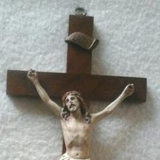Antigüedades: CRISTO DE ESCAYOLA POLICROMADA Y CRUZ DE MADERA. Lote 50280211