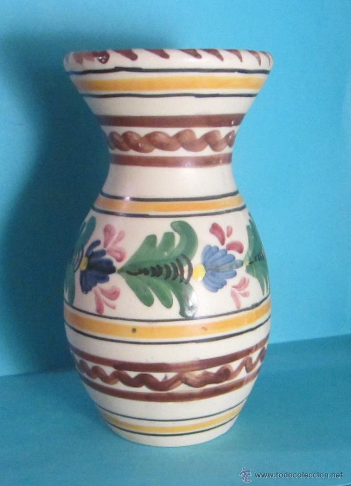 JARRÓN PINTADO A MANO. MARCA EN BASE MAVE TALAVERA. ALTURA 20 CM (Antigüedades - Porcelanas y Cerámicas - Talavera)