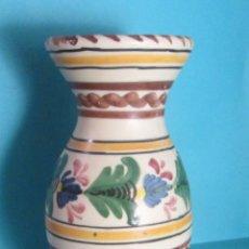Antigüedades: JARRÓN PINTADO A MANO. MARCA EN BASE MAVE TALAVERA. ALTURA 20 CM. Lote 50311642