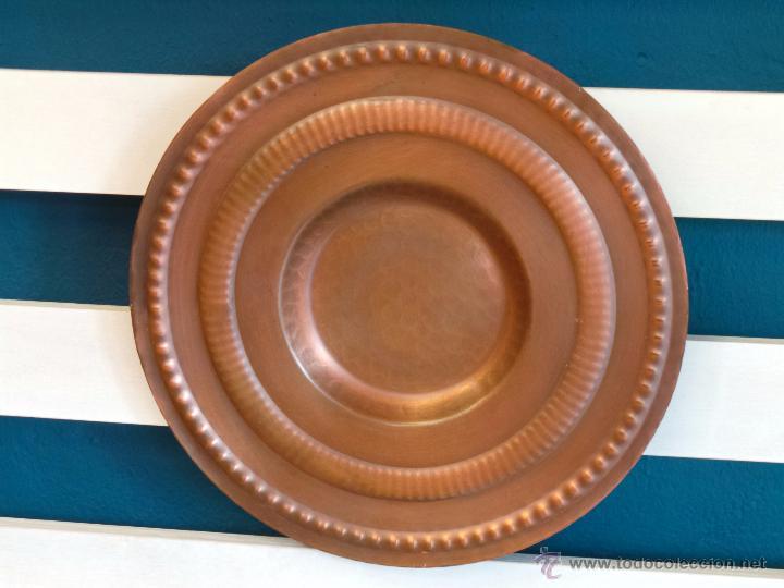 PLATO DE COBRE CINCELADO PARA COLGAR MUY DECORATIVO (Antigüedades - Hogar y Decoración - Platos Antiguos)