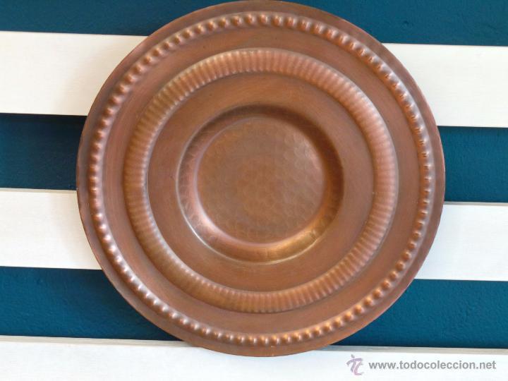 Antigüedades: PLATO DE COBRE CINCELADO PARA COLGAR MUY DECORATIVO - Foto 2 - 50343954