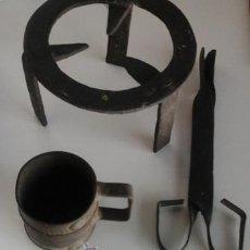 Antigüedades: TREBEDE, TAZÓN Y PINZAS DE CHIMENEA EN MINIATURA, ARTESANAL. Lote 50350973