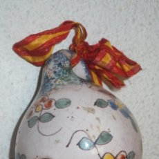 Antigüedades: CASCABEL EN CERAMIXA DE TALAVERA ( TOLEDO ) CON FLORES Y CINTA BANDERA ESPAÑA. Lote 50399906