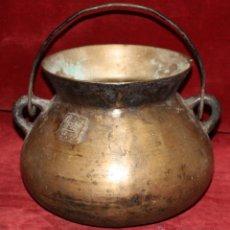 Antigüedades: ANTIGUA OLLA CATALANA EN BRONCE MACIZO DEL SIGLO XIX CON MARCAS EN LA PARTE FRONTAL. Lote 111873702