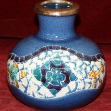 Antigüedades: BONITO JARRON EN CERÁMICA PINTADA Y BAÑADO EN PLATA DE LOS TALLERES SERRA. Lote 50418765