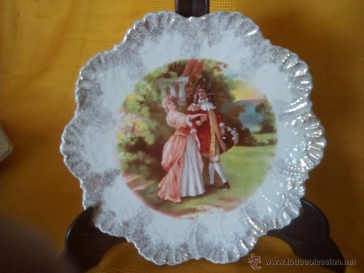 PRECIOSO, RARO. PLATO SAN JUAN AZNALFARACHE.SEVILLA. PAREJA ROMANTICA. BORDE RELIEVES DORADOS. (Antigüedades - Porcelanas y Cerámicas - San Juan de Aznalfarache)