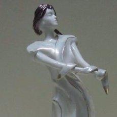 Antigüedades: DAMA DE PIE - FIGURA DE PORCELANA DE LA FIRMA GALOS. Lote 50451259