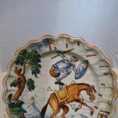 Antigüedades: PLATO DE CERÁMICA DE TALAVERA PINTADO A MANO. S. TIMONEDA. EL QUIJOTE Y MOLINOS.GRAN TAMAÑO.AÑOS 50. Lote 50459417