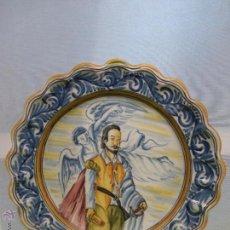 Antigüedades: PLATO DE CERÁMICA DE TALAVERA PINTADO A MANO. S. TIMONEDA. PERSONAJE ILUSTRE.GRAN TAMAÑO-AÑOS 50. Lote 50459721