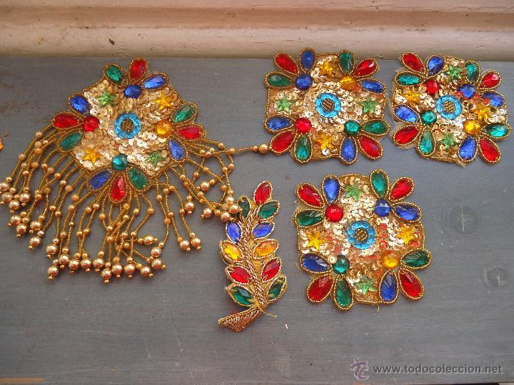 Antigüedades: gran lote espectaculares antiguas aplicaciones apliques para tajes fiesta fantasia bordados .... - Foto 2 - 50477121