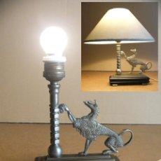 Antigüedades: LAMPARA ART DECO DE SOBREMESA MESITA DE NOCHE O ESCRITORIO CON FIGURA DE DRAGON. Lote 50546187