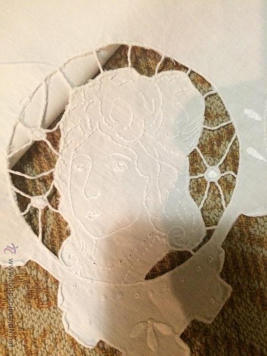 Antigüedades: Antiguo tapete cuadrado hecho a mano con agujeros bordados en forma de personas - Foto 2 - 50568718