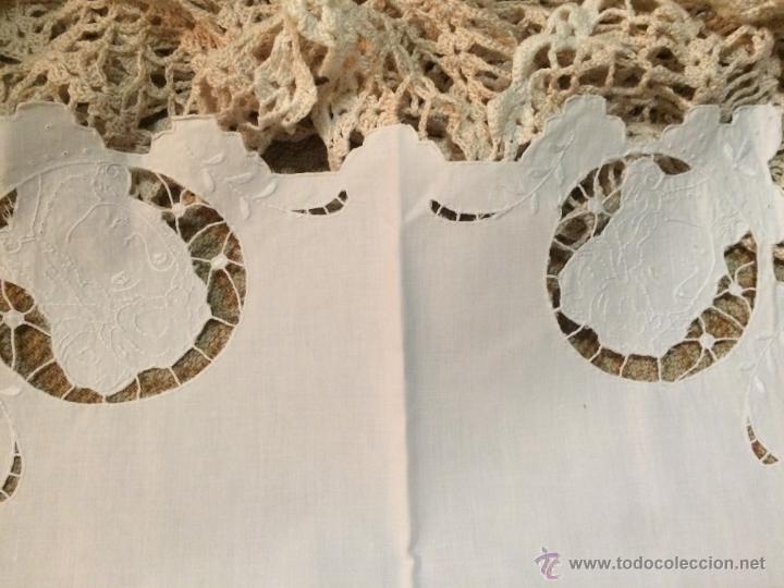 Antigüedades: Antiguo tapete cuadrado hecho a mano con agujeros bordados en forma de personas - Foto 3 - 50568718