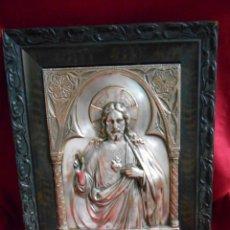 Antigüedades: SAGRADO CORAZÓN DE JESÚS.-ANTIGUA IMAGEN DE COBRE CON BAÑO DE PLATA EN RELIEVE CON MARCO ORIGINAL.. Lote 50571247