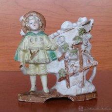 Antigüedades: PALILLERO ANTIGUO EN PORCELANA BISCUIT ALEMANA POLICROMADA A MANO Y NUMERADA EN LA BASE, NIÑO EPOCA.. Lote 50599203