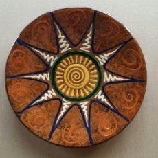 Antigüedades: PLATO CERÁMICA DE LA BISBAL, FIRMADO POR PUIGDEMONT.. Lote 50668325