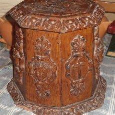 Antigüedades: COLUMNA PIE ATRIL MADERA TALLADA ARTESANO FIRMA A.C. FECHA 1.901 ARTE RELIGIOSO TALLADO A MANO. Lote 50691564