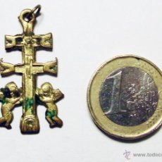 Antigüedades: ANTIGUA CRUZ DE CARVACA DE BRONCE DE 3,50 CM. DE ALTURA. CON BONITA PATINA. Lote 50695255