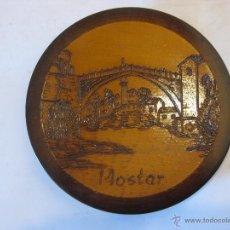 Antigüedades: PLATO DE MADERA CON IMAGEN DE MOSTAR, BOSNIA Y HERZEGOVINA. Lote 50704477
