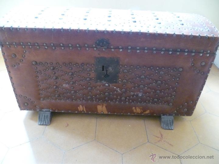 Antigüedades: OCASIÓN - Precioso y antiguo Baúl de madera y cuero con remaches.. Arca. Arcón. - Foto 2 - 50722034