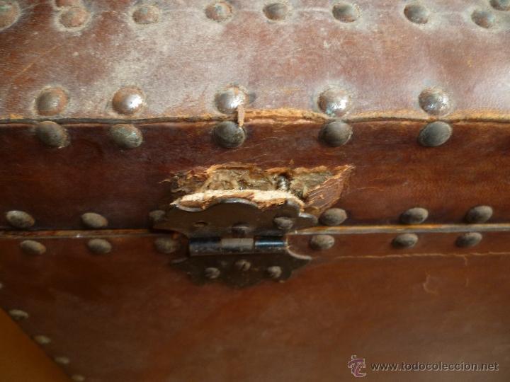 Antigüedades: OCASIÓN - Precioso y antiguo Baúl de madera y cuero con remaches.. Arca. Arcón. - Foto 16 - 50722034