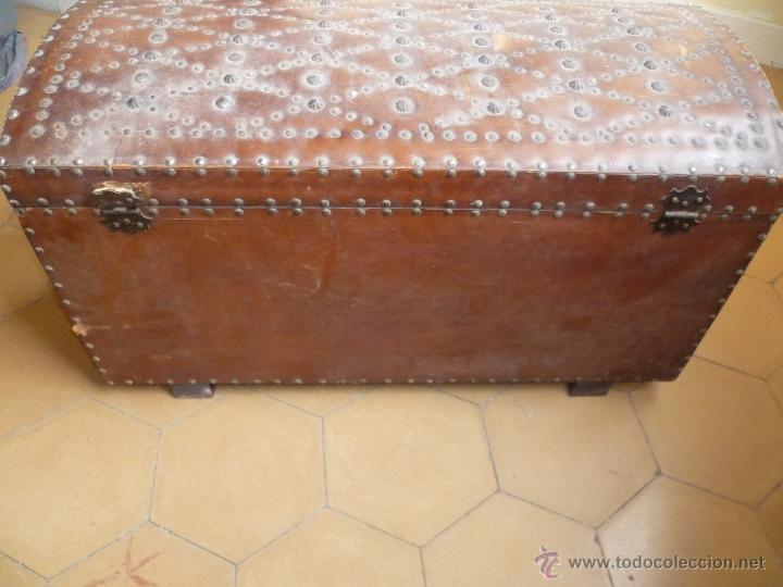 Antigüedades: OCASIÓN - Precioso y antiguo Baúl de madera y cuero con remaches.. Arca. Arcón. - Foto 17 - 50722034