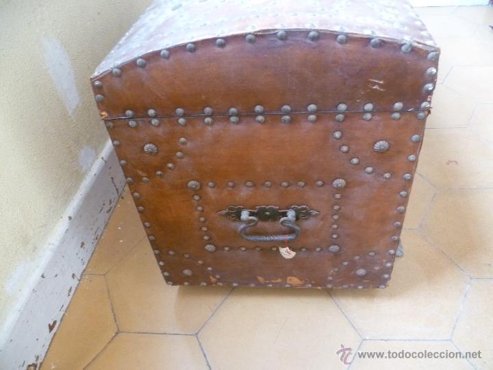 Antigüedades: OCASIÓN - Precioso y antiguo Baúl de madera y cuero con remaches.. Arca. Arcón. - Foto 26 - 50722034