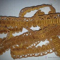 Antigüedades: 263 CM - ANTIGUO AGREMAN SEDA DORADA COLOR ORO VIEJO, 3,5 CM AÑO 1900 IDEAL MANTO SAYA VIRGEN VESTIR. Lote 50764198