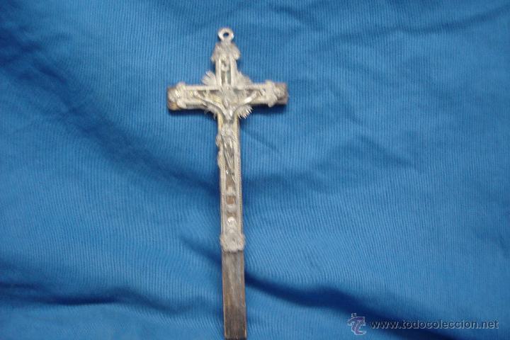 CRUCIFIJO CON SÍMBOLOS O IMÁGENES MUY RAROS Y CREO QUE ESTÁ ECHO EN ESTAÑO (Antigüedades - Religiosas - Crucifijos Antiguos)