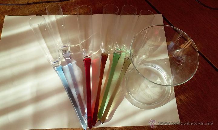 Antigüedades: Original juego de copas con rabo de cristal soplado de distintos colores. - Foto 2 - 156003592