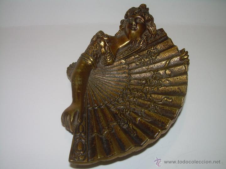ANTIGUA Y PEQUEÑA BANDEJA ESCULTURA DE BRONCE. (Antigüedades - Hogar y Decoración - Figuras Antiguas)