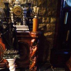 Antigüedades: LAMPARA DE PIE DE MADERA MACIZA Y POLICROMADA. Lote 50904497