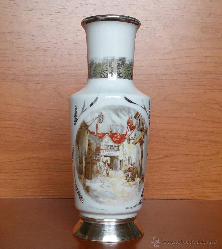 JARRÓN ANTIGUO EN PORCELANA BELLAMENTE POLICROMADA, CON DETALLES Y BASE EN PLATA DE LEY CONTRASADA . (Antigüedades - Porcelanas y Cerámicas - Inglesa, Bristol y Otros)