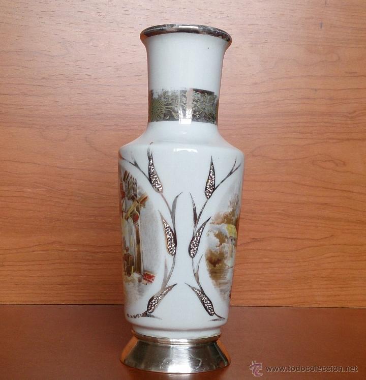 Antigüedades: Jarrón antiguo en porcelana bellamente policromada, con detalles y base en plata de ley contrasada . - Foto 3 - 50905354