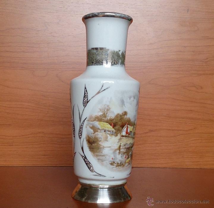 Antigüedades: Jarrón antiguo en porcelana bellamente policromada, con detalles y base en plata de ley contrasada . - Foto 4 - 50905354